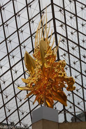 Dans le cadre de la saison « Japonismes 2018 : les âmes en résonance », le musée du Louvre présente, sous la Pyramide, Throne, une oeuvre monumentale de Kohei Nawa, entièrement couverte de feuilles d'or, qui synthétise la tradition culturelle japonaise et les technologies les plus novatrices.