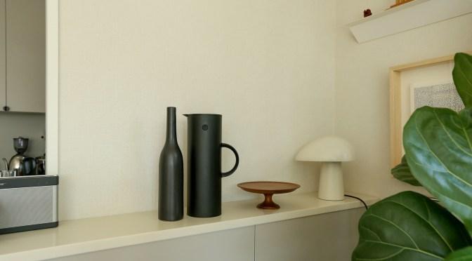 花瓶の転倒防止、地震対策に。繰り返し使える「ミュージアムパテ」