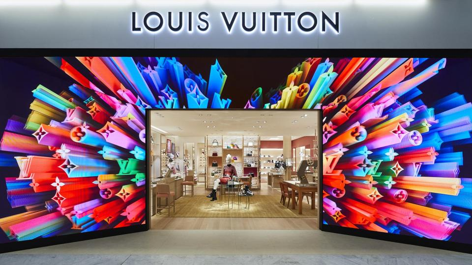louis vuitton stores fr louis vuitton charles de gaulle t2ac StFi Louis Vuitton Charles de Gaulle 1 DI3 10 Airports that Amaze with Digital Signage - 2