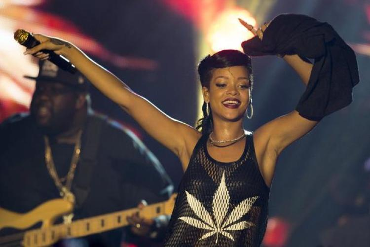 Rihanna-marijuana-shirt-live-on-stage-hemp-beach-tv-hbtv