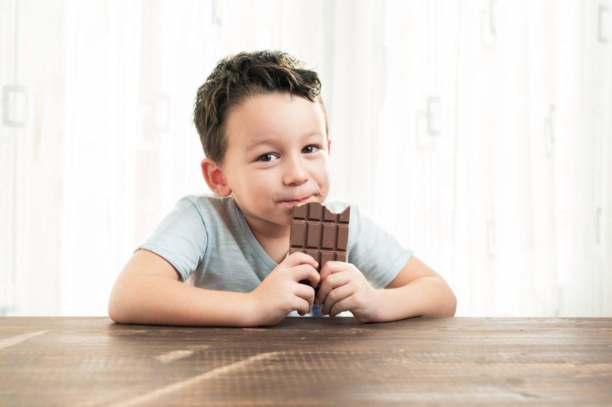 Çikolata yiyen çocuk