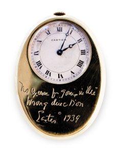 Тук картинка на Часовник на Едуард VIII , подарен от съпругата му Уолис Симпсън, марка Картие, златен, с слънчев часовник и компас.