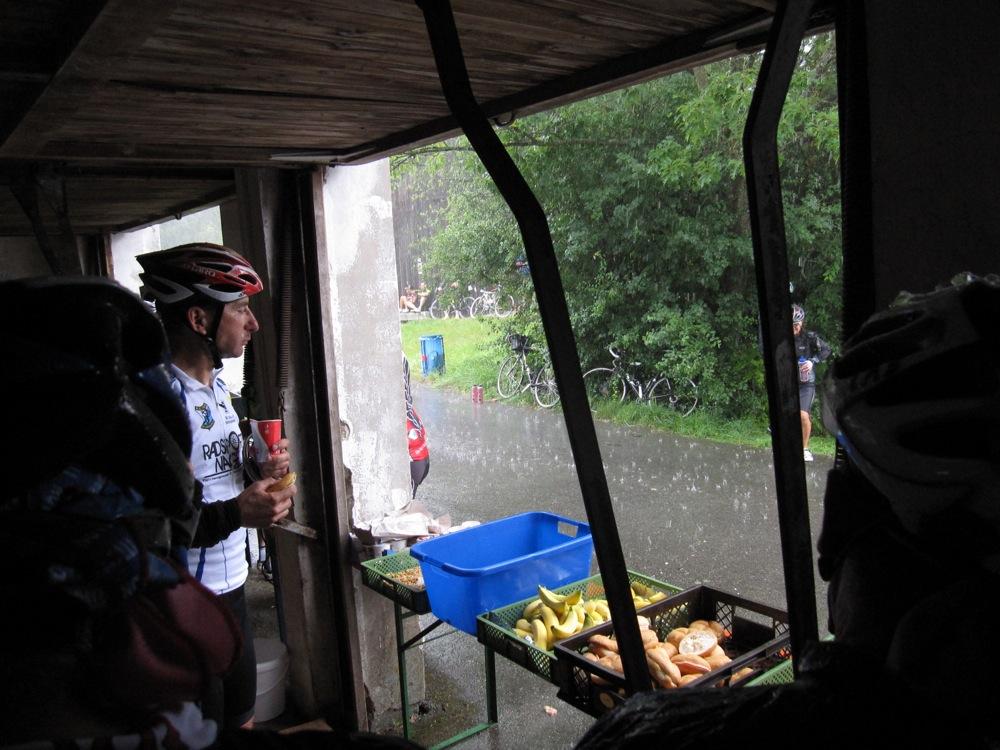 Warten auf das Ende des Regenschauers