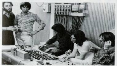 George, John y Ringo no parecen muy entusiasmados con las explicaciones de Faul.
