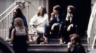 """Esperando que comience la sesión, podemos observar las sandalias que llevaba """"Paul"""" para la ocasión."""