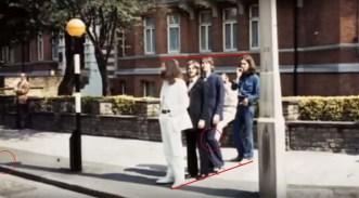 """""""Considerando la perspectiva entre John y George, Faul parece de la misma altura. Sin embargo tiene la pierna flexionada. Se aprecia la sombra incompleta del poste que aparece en diversas imágenes de la sesión""""."""