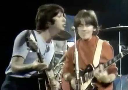 Faul se está agachando y aún así, sigue siendo más alto. Comparadla con la imagen 14, la de George y Paul cantando al mismo micrófono.