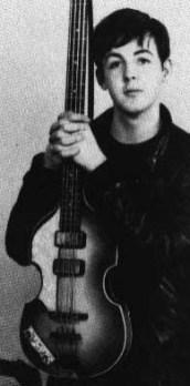 Un jovencísimo Paul, expresión neutra, ligeramente sonriente. Esta foto es única para ver cómo eran sus rasgos, especialmente las cejas. La derecha, ligeramente más arqueada. La izquierda, un poco más recta y haciendo un pequeño ángulo hacia arriba a la altura del iris