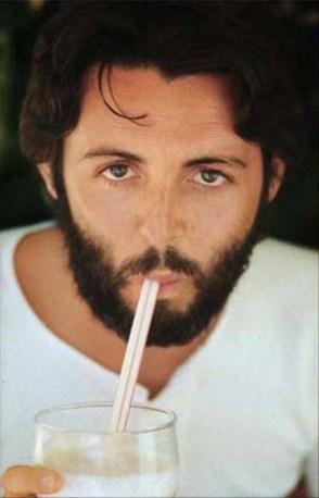 Color de ojos inverosímil, cara alargada, nariz caída, cejas rectísimas, la izquierda con un corte extraño que aparentemente sería fruto de la herida sufrida por Paul en su supuesto accidente de moto, pero al cual no se le vio así nunca en todo 1966.