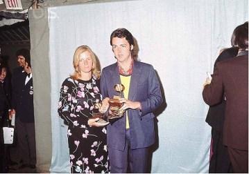 """Recogiendo el premio Grammy por Let it be, marzo del 71. Proporciones de """"Big Foot"""", esa complexión no era la de Paul. De la cara no hace falta que digamos nada. Estamos hablando de que aquí """"Paul McCartney"""" tendría 29 años. Este hombre no parece tener esa edad aquí."""