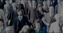 Se produce el primer cambio de melodía. Las imágenes de un nutrido grupo de personas que caminan por la calle se intercalan con otras de los Beatles en los early days, a gran velocidad.
