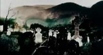 """Y justo en este momento asistimos a una de las imágenes más importantes del video: el cementerio. Según la explicación que nos dio Coulson: """"La escena del cementerio es por la línea """"el empresario de la funeraria suspiró pesadamente"""". Eso estaba claro. Sin embargo, omitió aclararnos de qué cementerio se trataba o a cuál simbolizaba."""