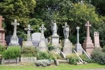 Y esta es una fotografía del Highgate Cemetery, el lugar donde, según un participante anónimo del foro de Proboards sobre PID, está enterrado Paul. Cruces como las que aparecen en ambos videos y una estatua de un ángel que alza su mano derecha con la palma hacia arriba.