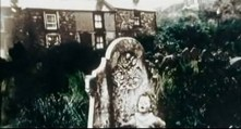 La imagen se amplía y aparece una casa, igual que la casa a la que miraba Paul a través de sus prismáticos al comienzo del video. Y que todos, se crea o no en PID, entendieron que era su propia casa.