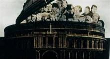 """Otra interesantísima toma: algunos de los personajes de Sargent Pepper's, apareciendo por la cúpula de un edificio. Y entre ellos, si os fijáis, está la imagen de Paul verdadero, utilizada en esa portada. ¿Por qué? Esta es otra de las preguntas a las que nos tuvo que responder Couson: """"El edificio es el Albert Hall mencionado en A Day in the Life. Ellos también se están escondiendo otra vez"""". Se hace referencia, nada más y nada menos, que a la canción A day in the life de Lennon. Esa canción compuesta por él, en la que se hacía eco de la muerte de Tara Browne, pero en cuyo video aprovechó para intercalar imágenes sobre Paul muerto y el papel de Faul en este asunto. Igualmente, sabemos que la parte central de la pieza era un proyecto inacabado de Paul. Y Couson dice que """"se están escondiendo"""". Sí, la canción habla de esconderse, pero… ¿Por qué aquí sólo está Paul? ¿Y por qué, de la portada de Sargent Pepper's, escogió la imagen de Paul verdadero y no la de Faul?"""