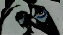 De hecho, hace zoom para recalcar esta idea. Con un ojo ligeramente enrojecido o ensangrentado. Obviamente, se nos está indicando que Paul es de alguna manera el protagonista de lo que vamos a ver.