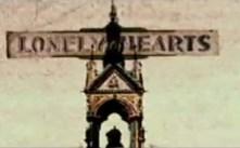A partir de este momento se vuelven a suceder las tomas que ya habían aparecido en el video: Liverpool, los prismáticos, la estatua de la libertad, el cementerio, el Albert Hall… Y esta que estáis viendo, que apenas se aprecia en la sucesión de secuencias, nos llamó la atención: Corazones solitarios.