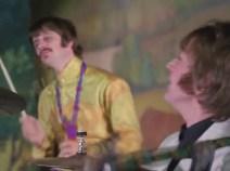 0:53, John se vuelve de nuevo hacia Ringo riendo, pero este en esta ocasión no le devuelve la mirada.