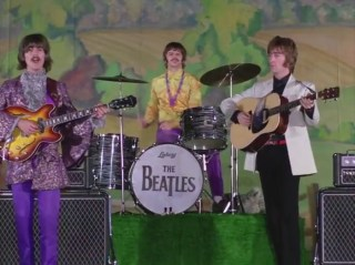 1:41, aquí sólo salen Ringo, George y John. El bombo con The Beatles dominando la escena, en el centro. Se mantiene durante diez segundos, hasta 1:51.