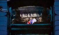 De entrada tenemos esta imagen. Tal parecería un muerto, con la bandera británica encima. Incluso la forma de la parte inferior de la ventana parece un ataúd.
