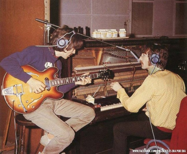 4. John toca un piano que tenía martillos de punta metálica feria