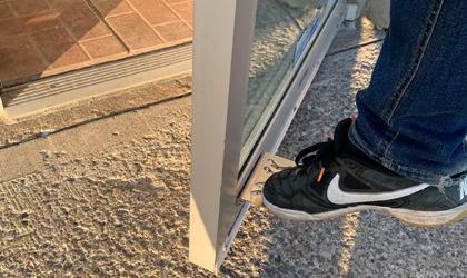 Un pied ouvrant une porte à l'aide d'un ouvre-pied