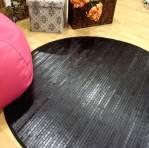Alfombra negra de madera