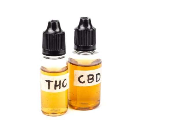 photo de deux petits récipients d&#39;huile, l&#39;un étiqueté CBD et l&#39;autre THC [19659005] La CDB, ou <a href=