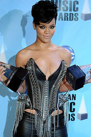 La chanteuse Rihanna adore les corsets