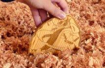 Main découvrant un oeuf de bois dans la sciure