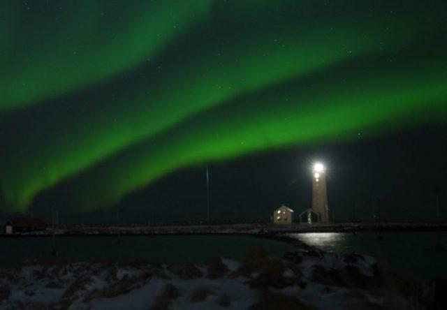 Aurores boréales au phare de Reykjavik