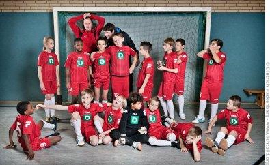 Jugend-Fußball-Mannschaft — Sekunden nach dem Offiziellen Mannschaftsfoto. Foto © Dietrich Hackenberg