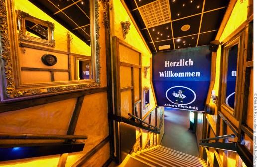 Anton's Bierkönig - Treppenabgang mit Spiegeln. Foto © Dietrich Hackenberg