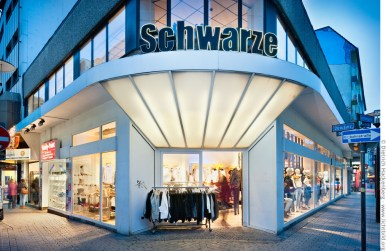 Schwarze - preiswerte Mode für Teens auf der Brückstraße. Foto © Dietrich Hackenberg