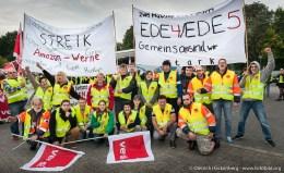 Mitarbeiter von Amazon-Werne vor dem Streikzug. Verdi amazon Streik in Werne am 24.09.2014. Foto © Dietrich Hackenberg - www.lichtbild.org