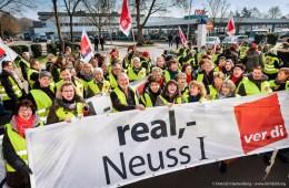 Streikveranstaltung vor der real,- Zentrale