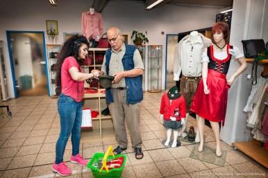 Kundenberatung im Sozialkaufhaus in Duisburg. Foto Dietrich Hackenberg