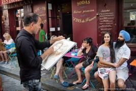 Portraitmaler am Montmartre Paris zeichnet ein Touristenpaar - Sikh. Foto Dietrich Hackenberg