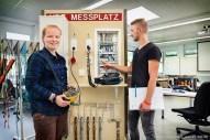 Elektrotechnik — Die Auszubildenden Schilder- und Lichtreklamehersteller Kamil Firszt und Milena Tuppe beim Messen von elektrischen Strömen.