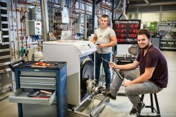 Sanitär- und Heizungstechnik — Die Auszubildenden Anlagenmechaniker Alessio Federico und Oliver Herrmann beim Emissionsmonitoring.