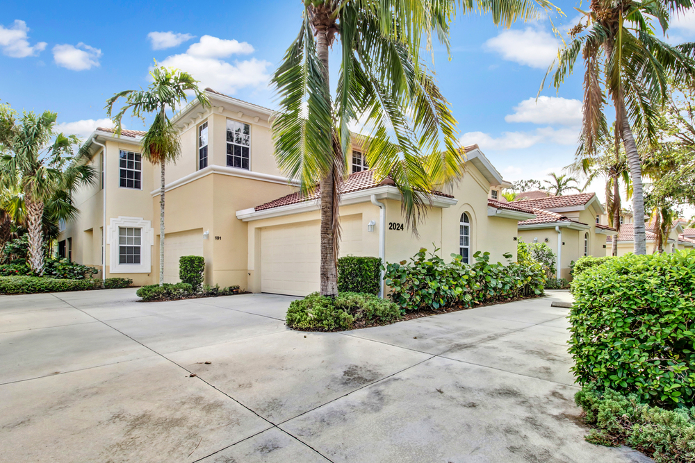 What is a Coach Home? Naples real estate buyers want to know!