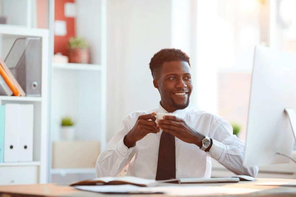 homem estudando e sorrindo
