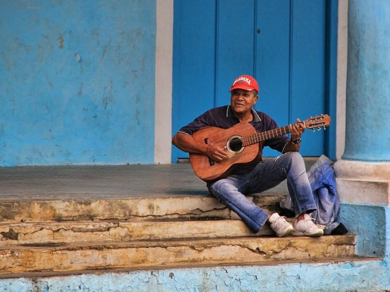 Chitarrista per le strade di Cuba - Fonte Pixabay Foto di GregMontani