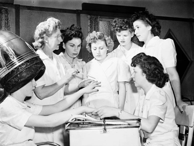 Ex-servicewomen_learning_manicure_techniques