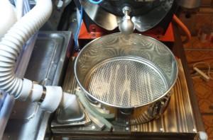 パイプから豆の熱気ごと空気を吸い取ります。