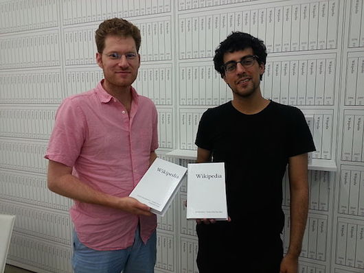 Mandiberg (left) with assistant Jonathan Kiritharan. Photo by Tilman Bayer, freely licensed under CC BY-SA 3.0.