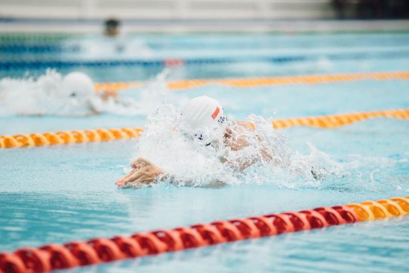 ein schwimmer schwimmt kraulen