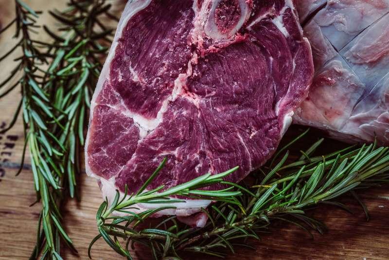 Rohes Rindfleisch mit Rosmarin