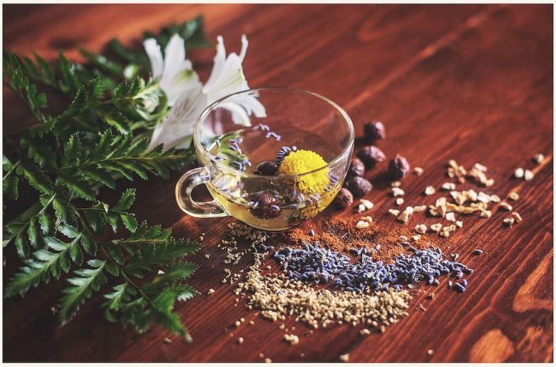 eine Tasse Tee auf einem Tisch mit Blumen im Inneren