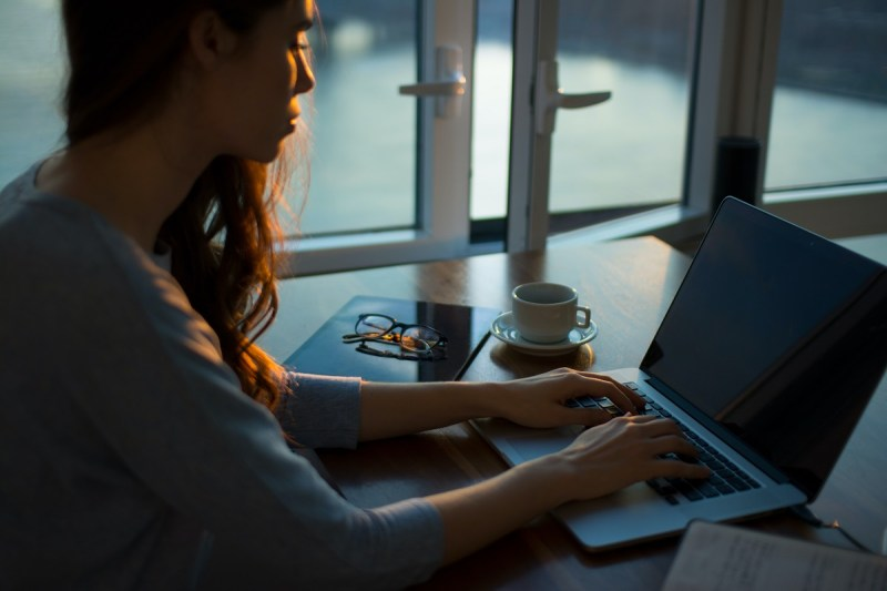 Frau am Arbeiten am Laptop